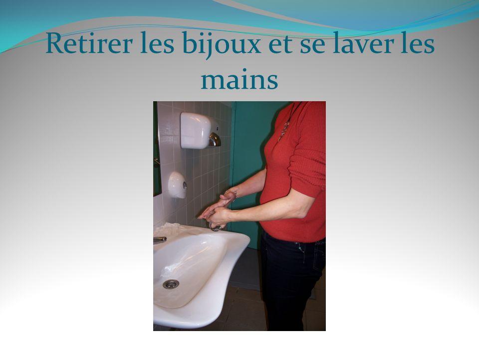 Retirer les bijoux et se laver les mains