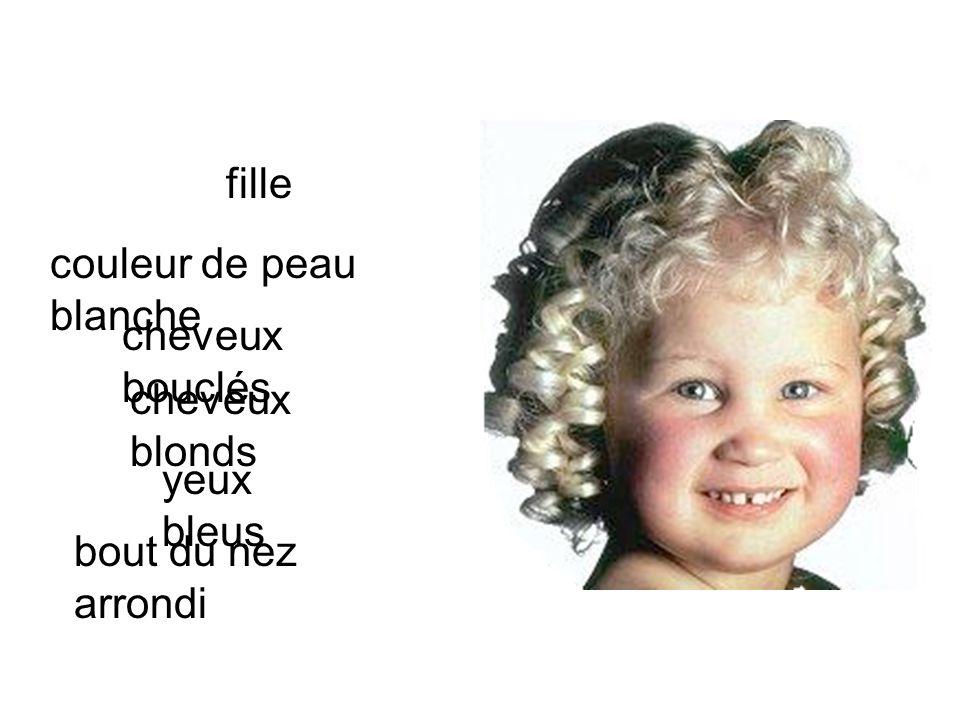 fille couleur de peau blanche cheveux bouclés cheveux blonds yeux bleus bout du nez arrondi