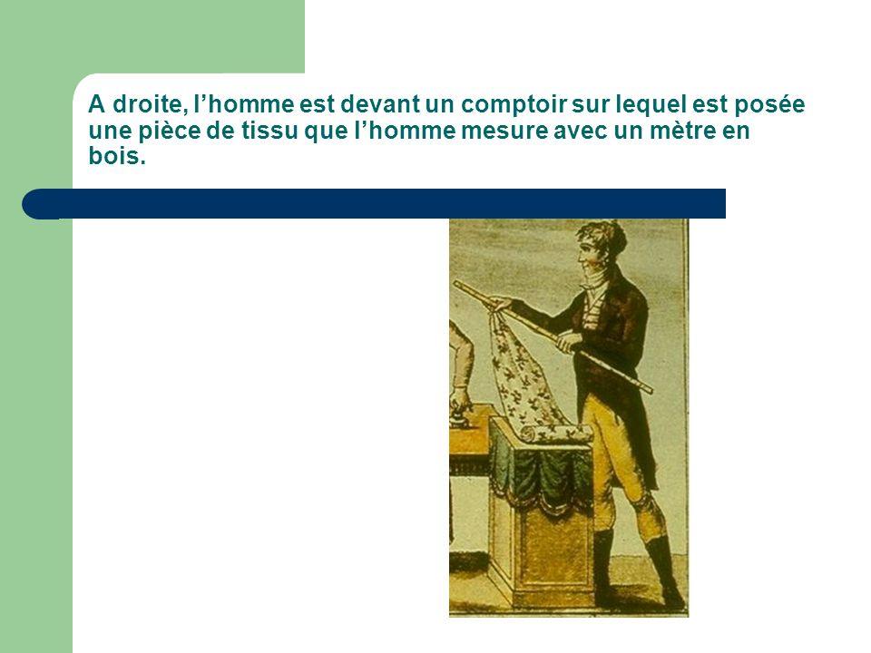 A droite, l'homme est devant un comptoir sur lequel est posée une pièce de tissu que l'homme mesure avec un mètre en bois.