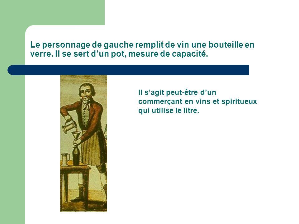 Le personnage de gauche remplit de vin une bouteille en verre