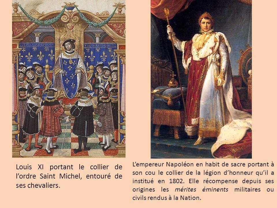L'empereur Napoléon en habit de sacre portant à son cou le collier de la légion d'honneur qu'il a institué en 1802. Elle récompense depuis ses origines les mérites éminents militaires ou civils rendus à la Nation.