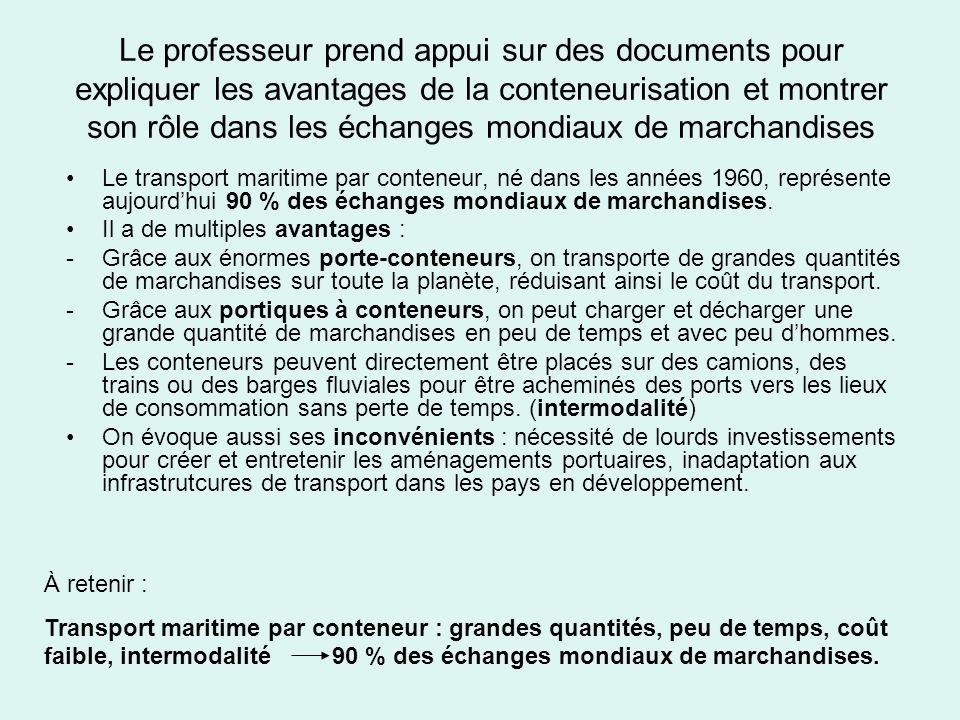 Le professeur prend appui sur des documents pour expliquer les avantages de la conteneurisation et montrer son rôle dans les échanges mondiaux de marchandises