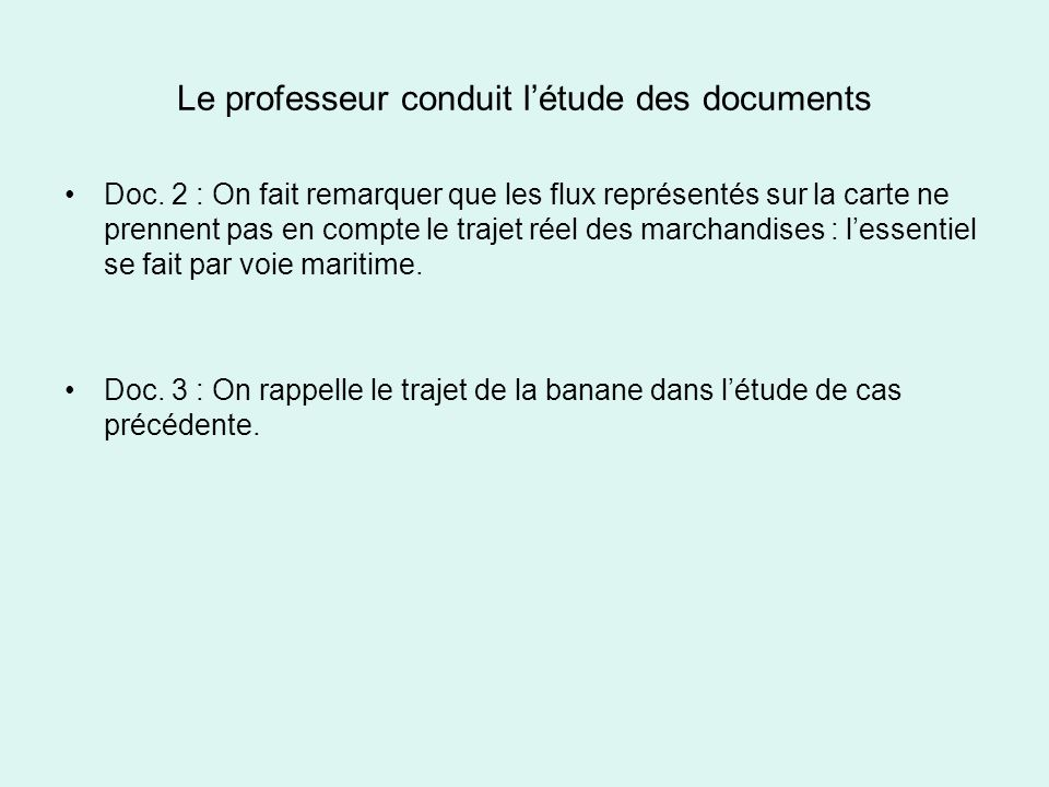 Le professeur conduit l'étude des documents