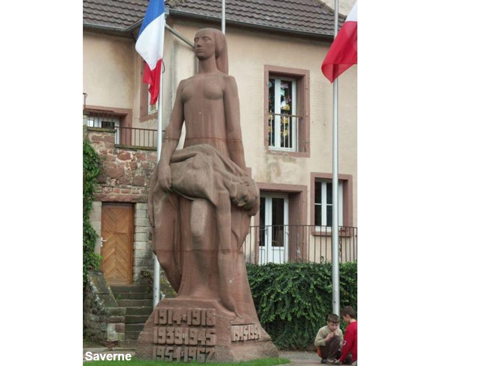 Avec le monument de Saverne s'impose l'art déco qui se développe dans les années 1920. Il s'agit encore d'une Pietà mais dans un style radicalement différent et un matériau spécifique (trois blocs de grès rose des Vosges superposés) qui est celui dont on fait les maisons (arrière plan). Corps désarticulé du soldat nu, celui de tous les sacrifiés, lignes rigides de la femme qui le porte. Plus de piédestal, le monument s'ancre dans le sol de l'Alsace.