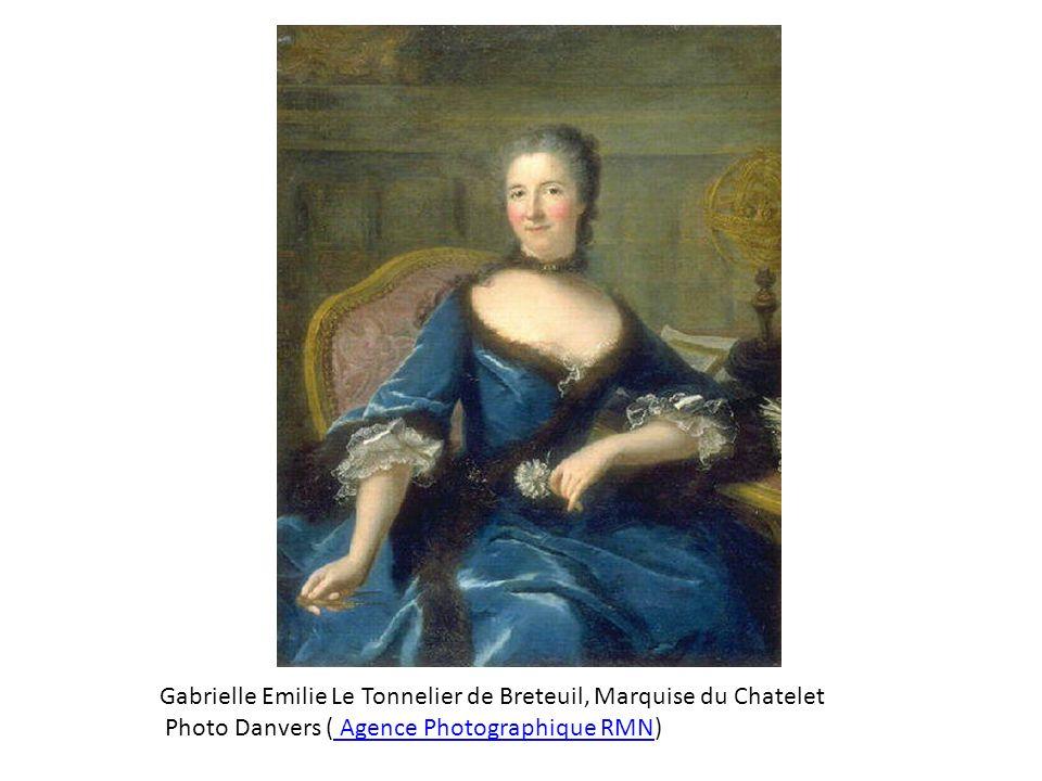 On remarque l'extraordinaire bleu de la robe, peut-être un bleu de Prusse, couleur chimique au pouvoir colorant intense qui venait d'être découverte (1709 : invention par Dippel à Berlin, d'où son nom initial de bleu de Berlin, 1724 : publication de la formule par le chimiste anglais Woodward) et contribua à l'expansion considérable pour les vêtements des particuliers de cette couleur, longtemps réservée de fait au roi de France (le bleu de France) et à la Vierge Marie. Emilie Du Châtelet est ainsi vêtue à la dernière mode. Elle tient dans la main droite un compas qui évoque ses talents de physicienne et, dans la main gauche, un œillet blanc, symbole de passion et de fidélité, deux caractéristiques de son tempérament.