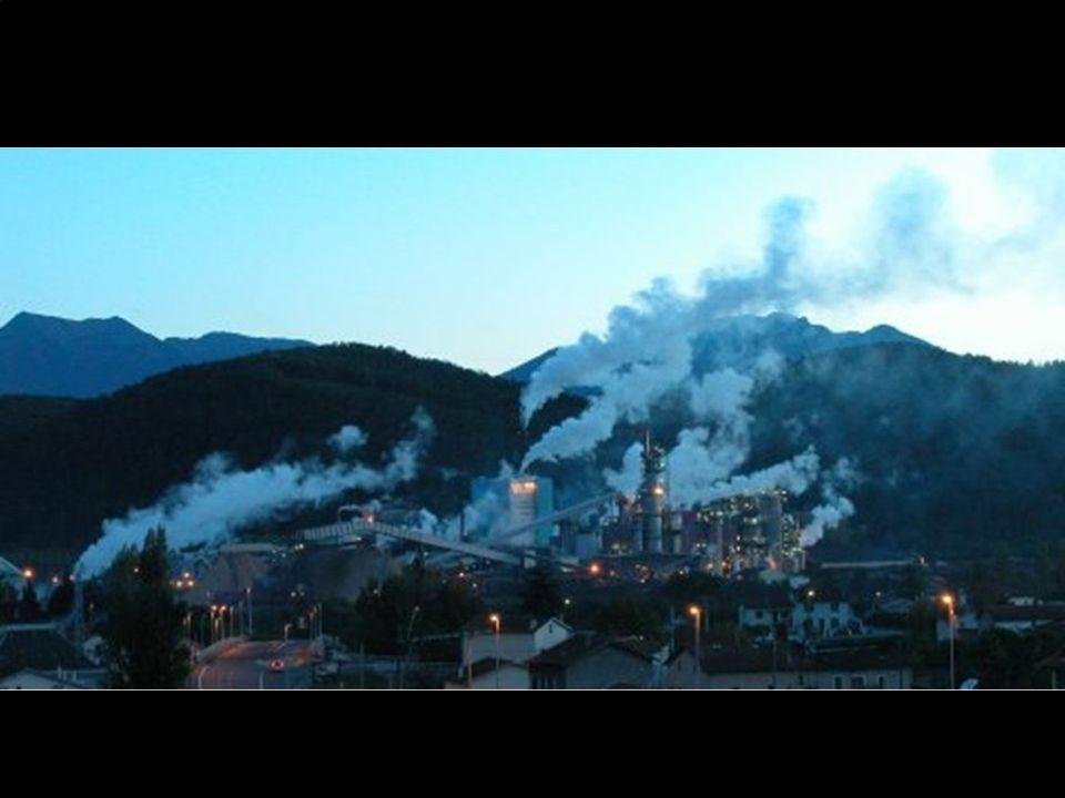 L'atmosphère est polluée par les usines, les transports