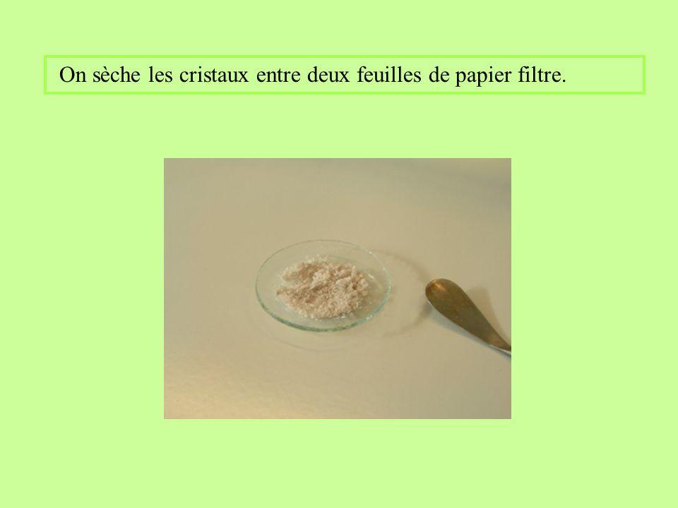 On sèche les cristaux entre deux feuilles de papier filtre.