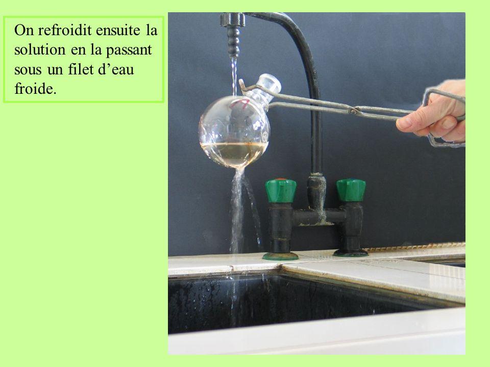 On refroidit ensuite la solution en la passant sous un filet d'eau froide.