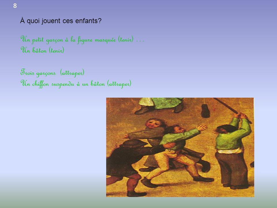 Un petit garçon à la figure masquée (tenir) … Un bâton (tenir)