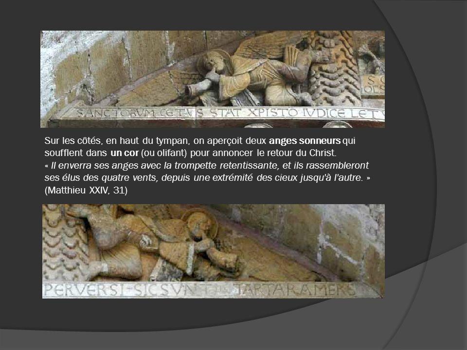 Sur les côtés, en haut du tympan, on aperçoit deux anges sonneurs qui soufflent dans un cor (ou olifant) pour annoncer le retour du Christ.