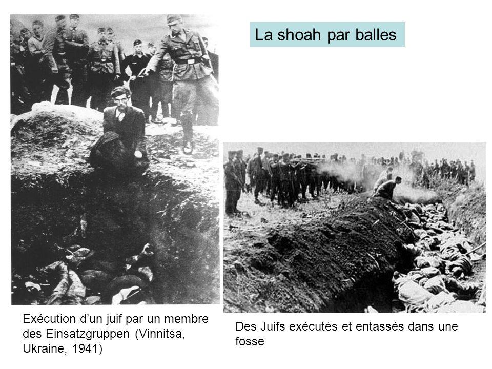 La shoah par balles Exécution d'un juif par un membre des Einsatzgruppen (Vinnitsa, Ukraine, 1941) Des Juifs exécutés et entassés dans une fosse.