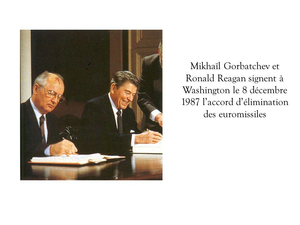 Mikhaïl Gorbatchev et Ronald Reagan signent à Washington le 8 décembre 1987 l'accord d'élimination des euromissiles