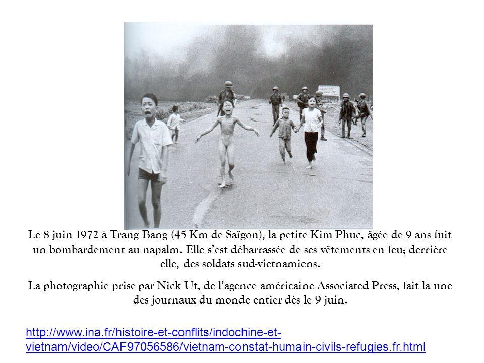 Le 8 juin 1972 à Trang Bang (45 Km de Saïgon), la petite Kim Phuc, âgée de 9 ans fuit un bombardement au napalm. Elle s'est débarrassée de ses vêtements en feu; derrière elle, des soldats sud-vietnamiens.