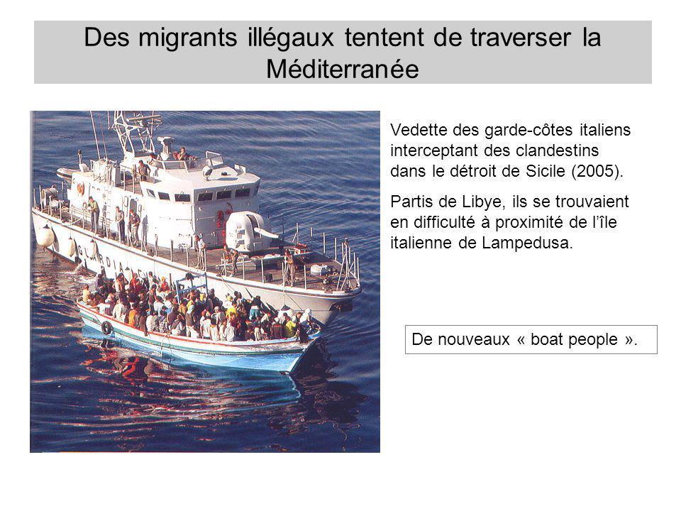 Des migrants illégaux tentent de traverser la Méditerranée