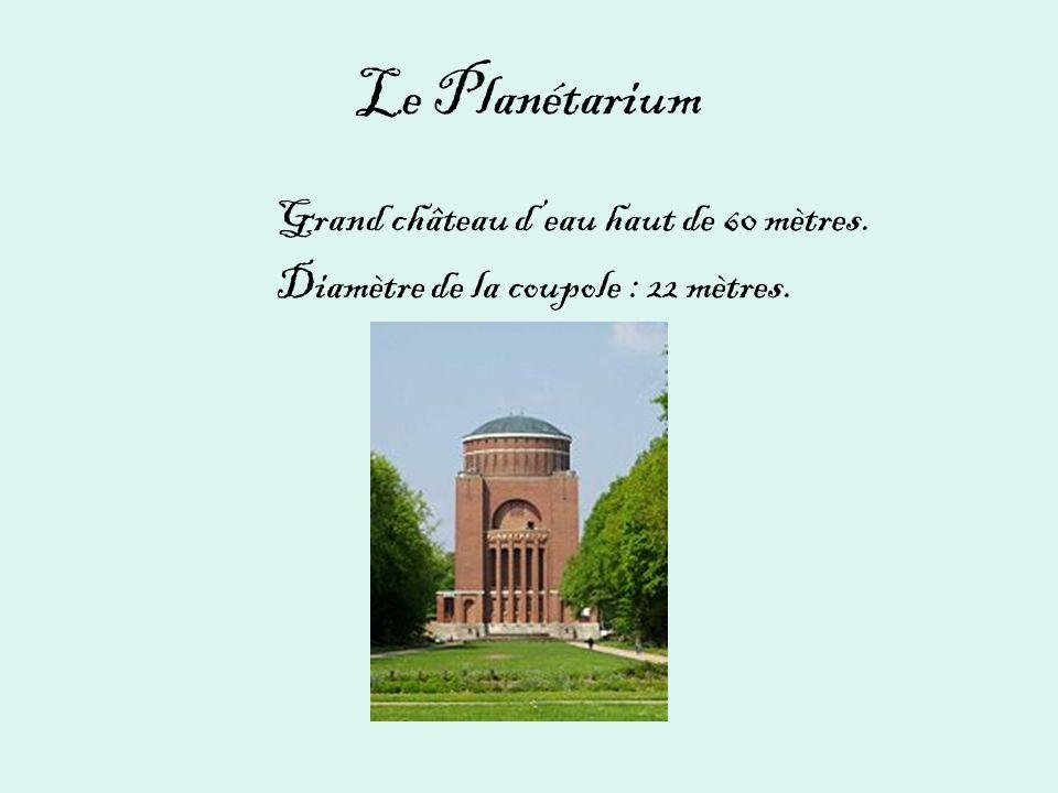 Le Planétarium Grand château d'eau haut de 60 mètres.