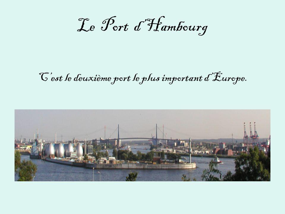 Le Port d'Hambourg C'est le deuxième port le plus important d'Europe.
