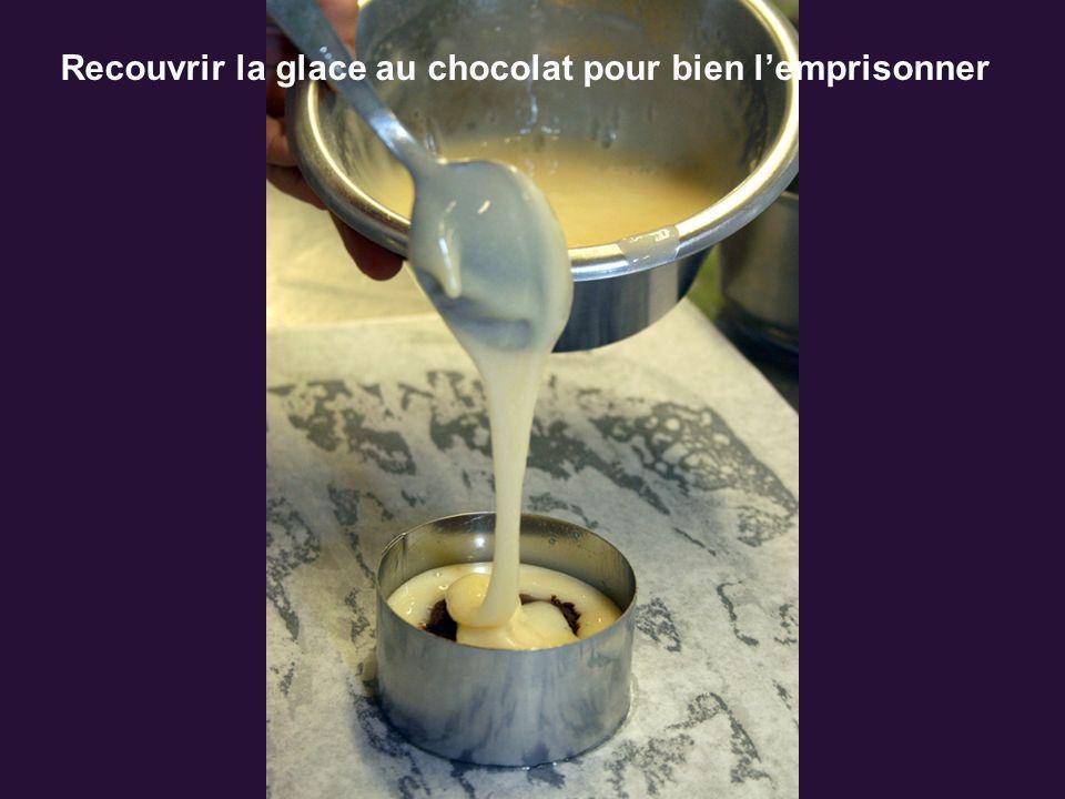 Recouvrir la glace au chocolat pour bien l'emprisonner