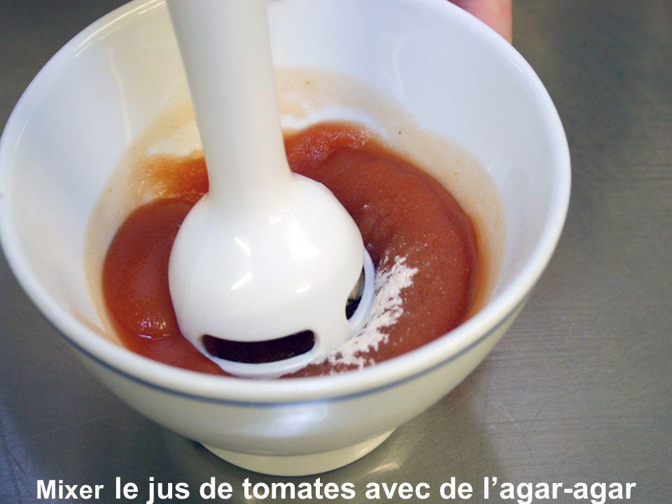 Mixer le jus de tomates avec de l'agar-agar