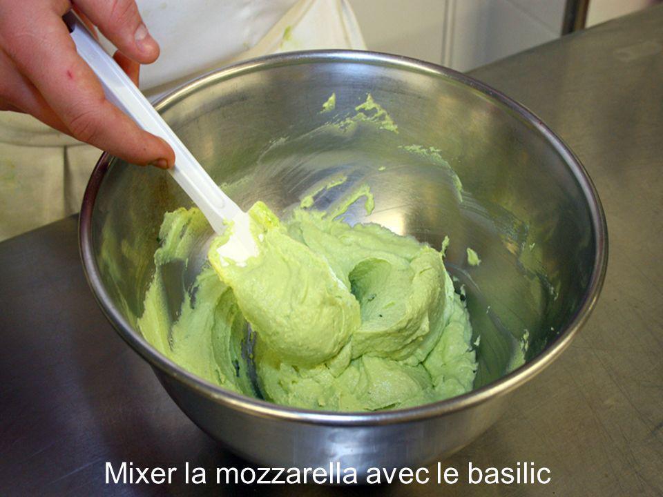 Mixer la mozzarella avec le basilic