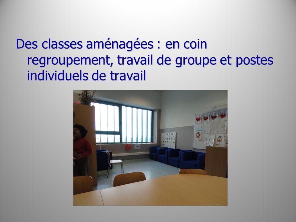 Des classes aménagées : en coin regroupement, travail de groupe et postes individuels de travail
