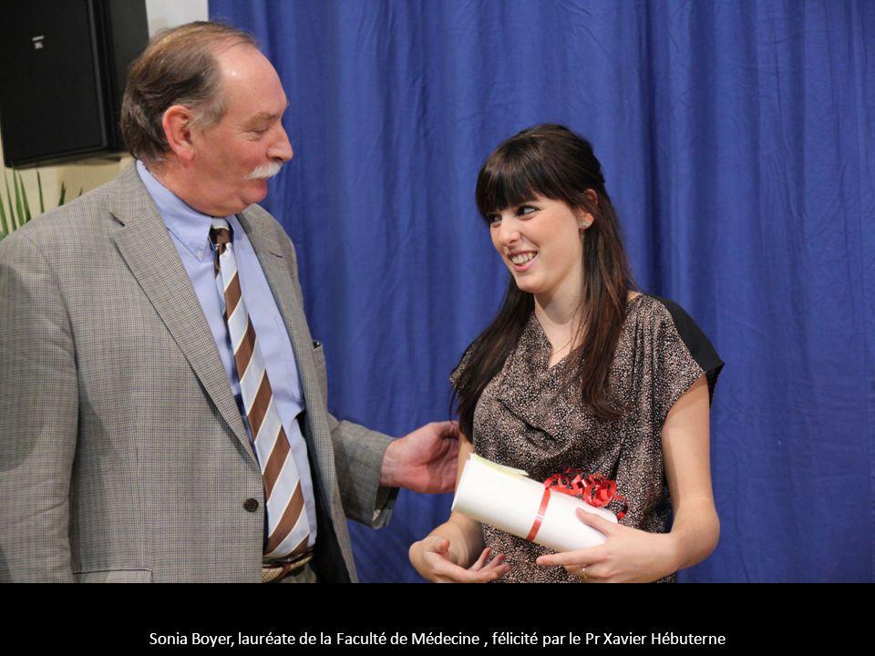 Sonia Boyer, lauréate de la Faculté de Médecine , félicité par le Pr Xavier Hébuterne