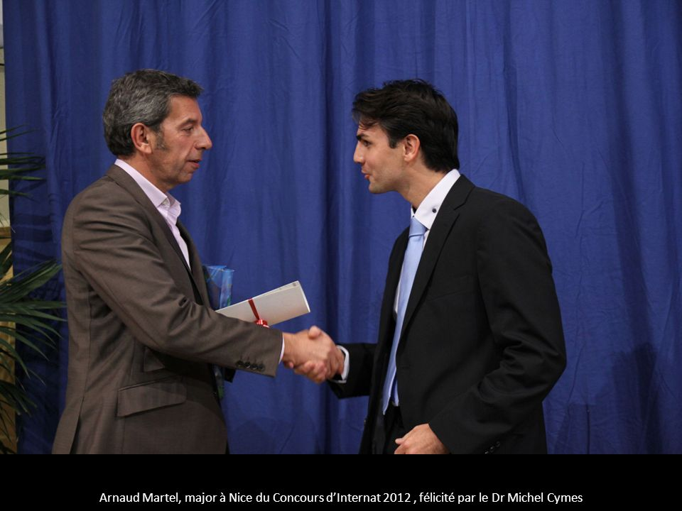 Arnaud Martel, major à Nice du Concours d'Internat 2012 , félicité par le Dr Michel Cymes