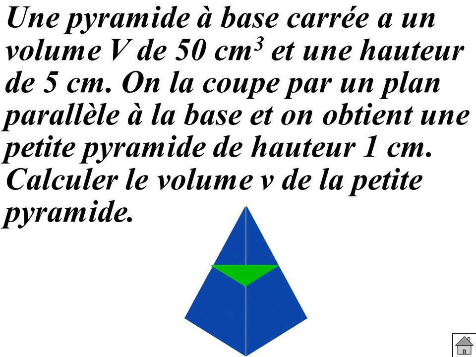 Une pyramide à base carrée a un