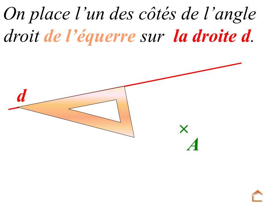 On place l'un des côtés de l'angle droit de l'équerre sur la droite d.