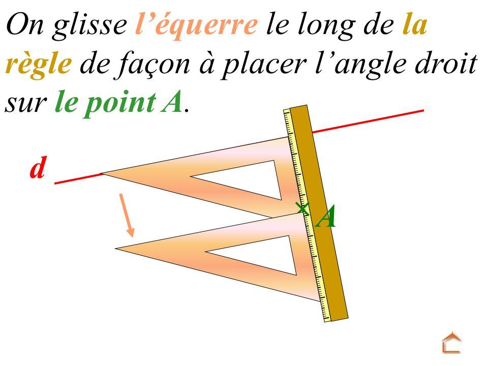 On glisse l'équerre le long de la règle de façon à placer l'angle droit sur le point A.