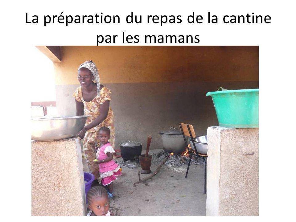 La préparation du repas de la cantine par les mamans