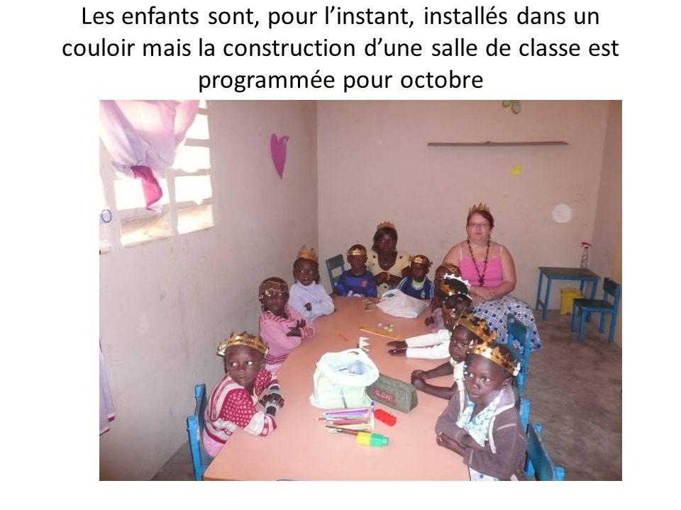 Les enfants sont, pour l'instant, installés dans un couloir mais la construction d'une salle de classe est programmée pour octobre