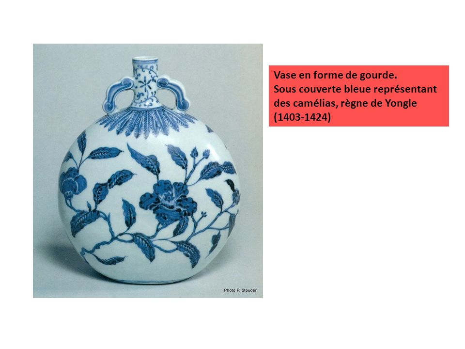 Vase en forme de gourde. Sous couverte bleue représentant des camélias, règne de Yongle (1403-1424)
