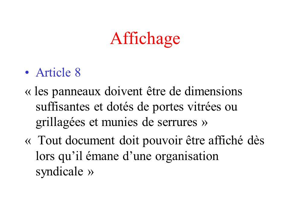 Affichage Article 8. « les panneaux doivent être de dimensions suffisantes et dotés de portes vitrées ou grillagées et munies de serrures »