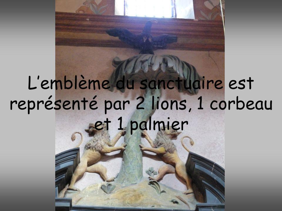 L'emblème du sanctuaire est représenté par 2 lions, 1 corbeau et 1 palmier