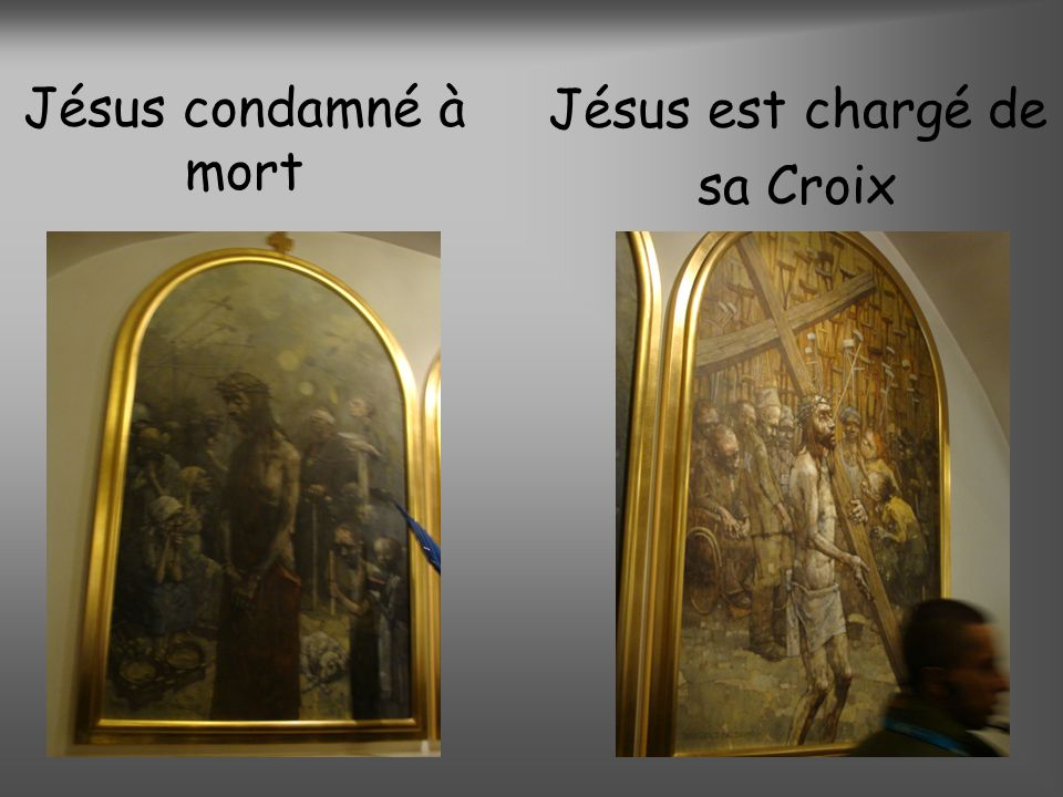 Jésus est chargé de sa Croix