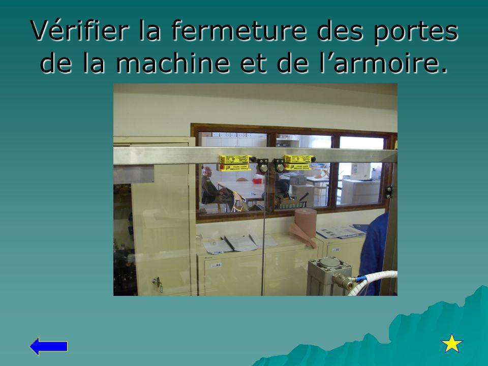 Vérifier la fermeture des portes de la machine et de l'armoire.