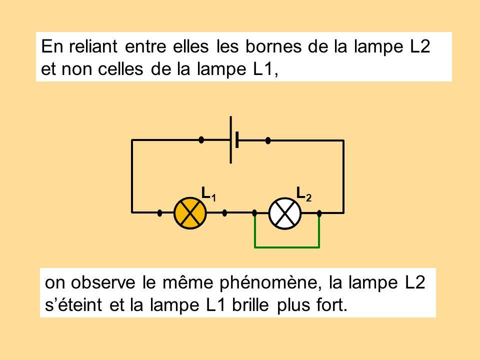 En reliant entre elles les bornes de la lampe L2 et non celles de la lampe L1,