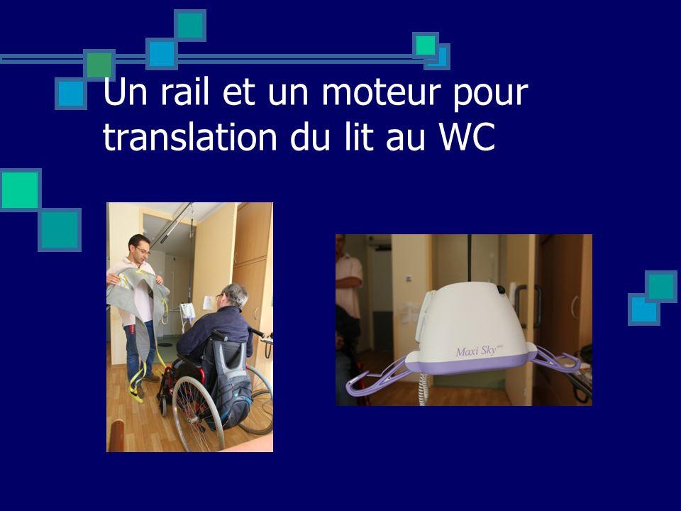 Un rail et un moteur pour translation du lit au WC