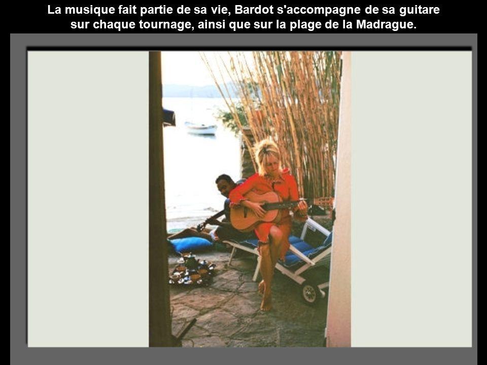 La musique fait partie de sa vie, Bardot s accompagne de sa guitare