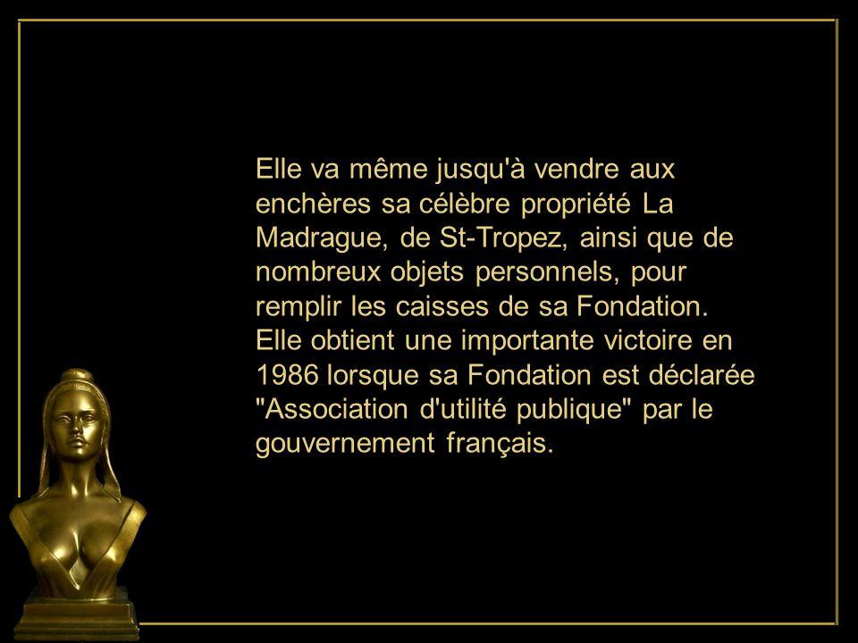 Elle va même jusqu à vendre aux enchères sa célèbre propriété La Madrague, de St-Tropez, ainsi que de nombreux objets personnels, pour remplir les caisses de sa Fondation.