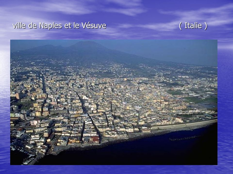 ville de Naples et le Vésuve ( Italie )