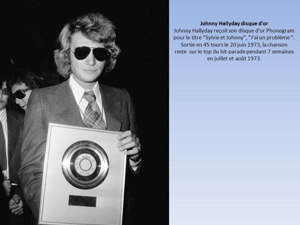 Johnny Hallyday disque d or Johnny Hallyday reçoit son disque d or Phonogram pour le titre Sylvie et Johnny , J ai un problème .