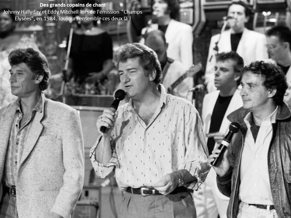 Des grands copains de chant Johnny Hallyday et Eddy Mitchell lors de l émission Champs Elysées , en 1984.