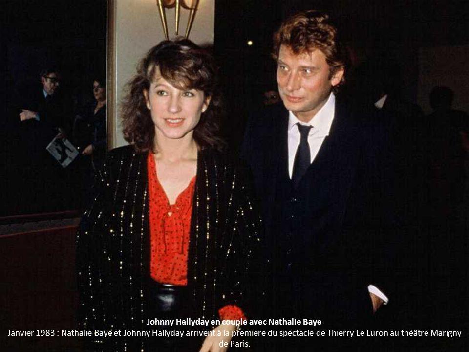 Johnny Hallyday en couple avec Nathalie Baye Janvier 1983 : Nathalie Baye et Johnny Hallyday arrivent à la première du spectacle de Thierry Le Luron au théâtre Marigny de Paris.