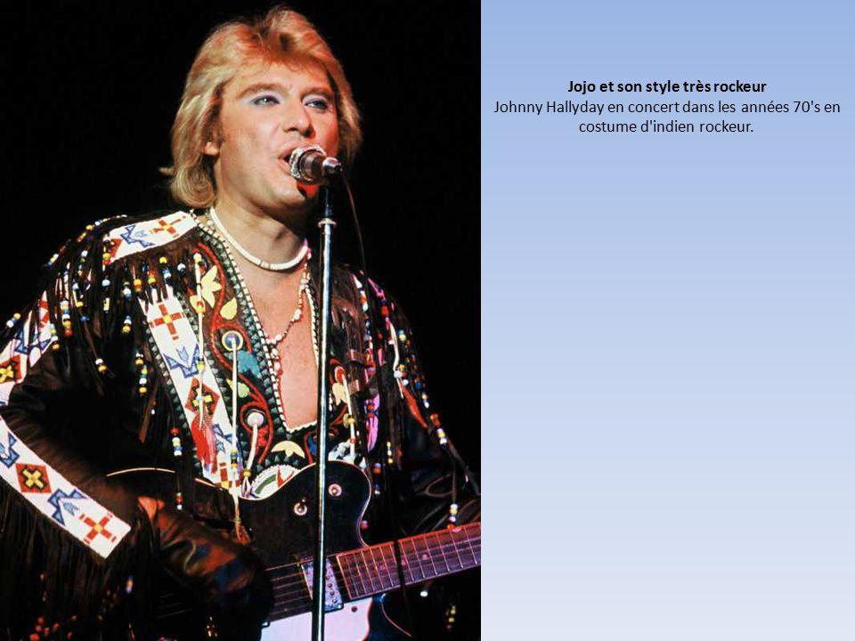 Jojo et son style très rockeur Johnny Hallyday en concert dans les années 70 s en costume d indien rockeur.