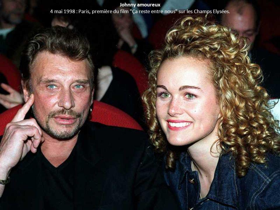 Johnny amoureux 4 mai 1998 : Paris, première du film Ça reste entre nous sur les Champs Elysées.