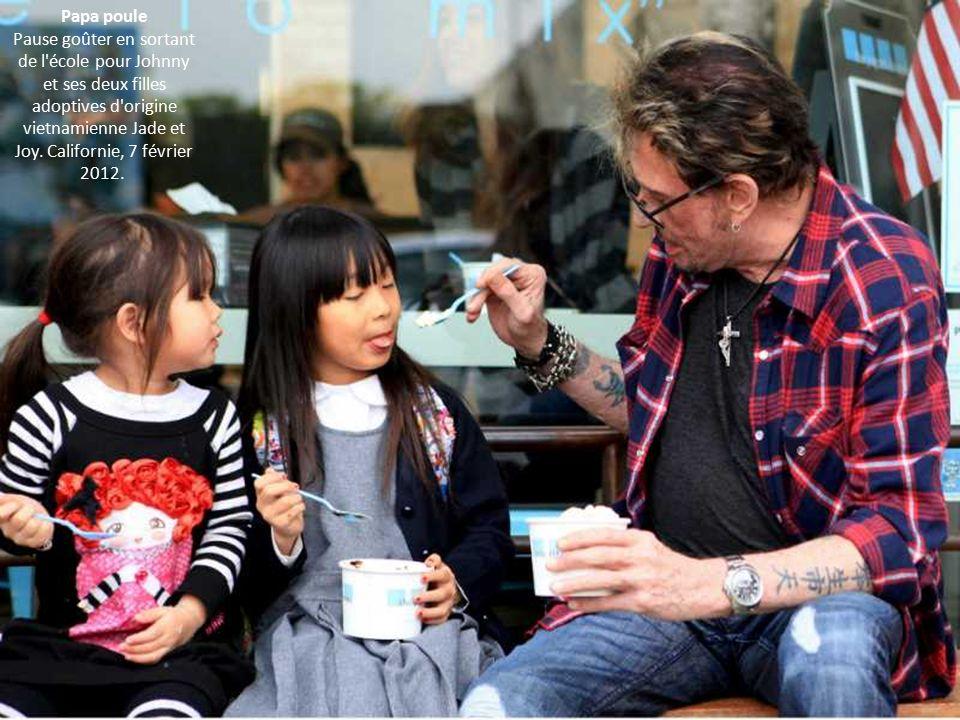 Papa poule Pause goûter en sortant de l école pour Johnny et ses deux filles adoptives d origine vietnamienne Jade et Joy.