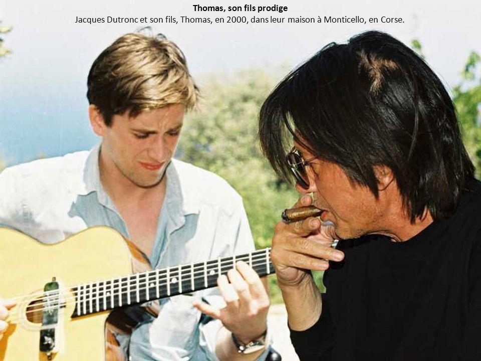 Thomas, son fils prodige Jacques Dutronc et son fils, Thomas, en 2000, dans leur maison à Monticello, en Corse.