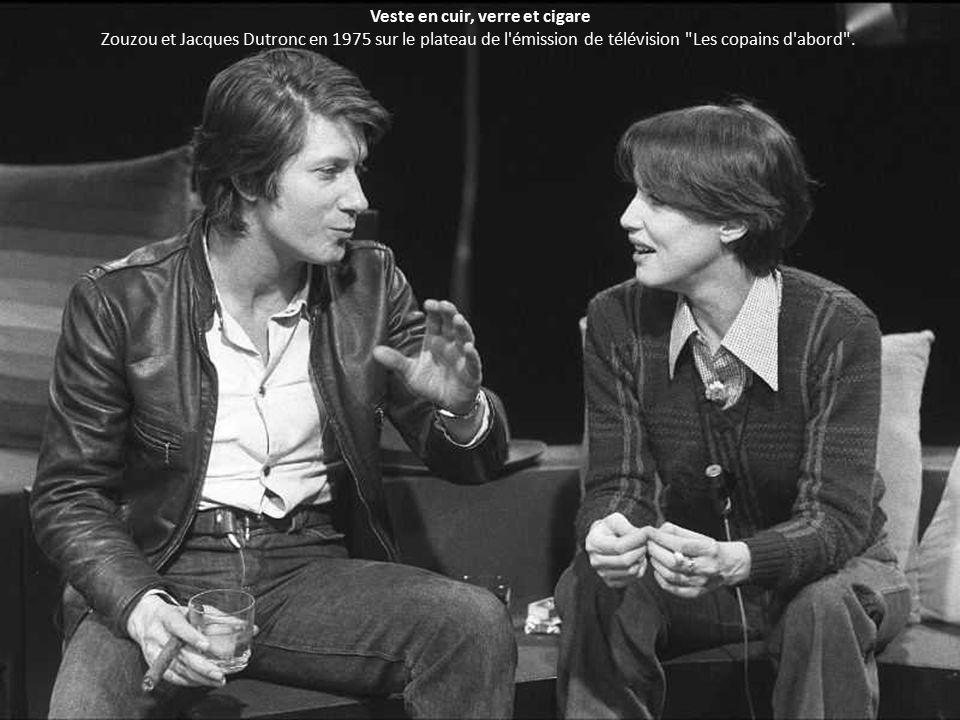 Veste en cuir, verre et cigare Zouzou et Jacques Dutronc en 1975 sur le plateau de l émission de télévision Les copains d abord .