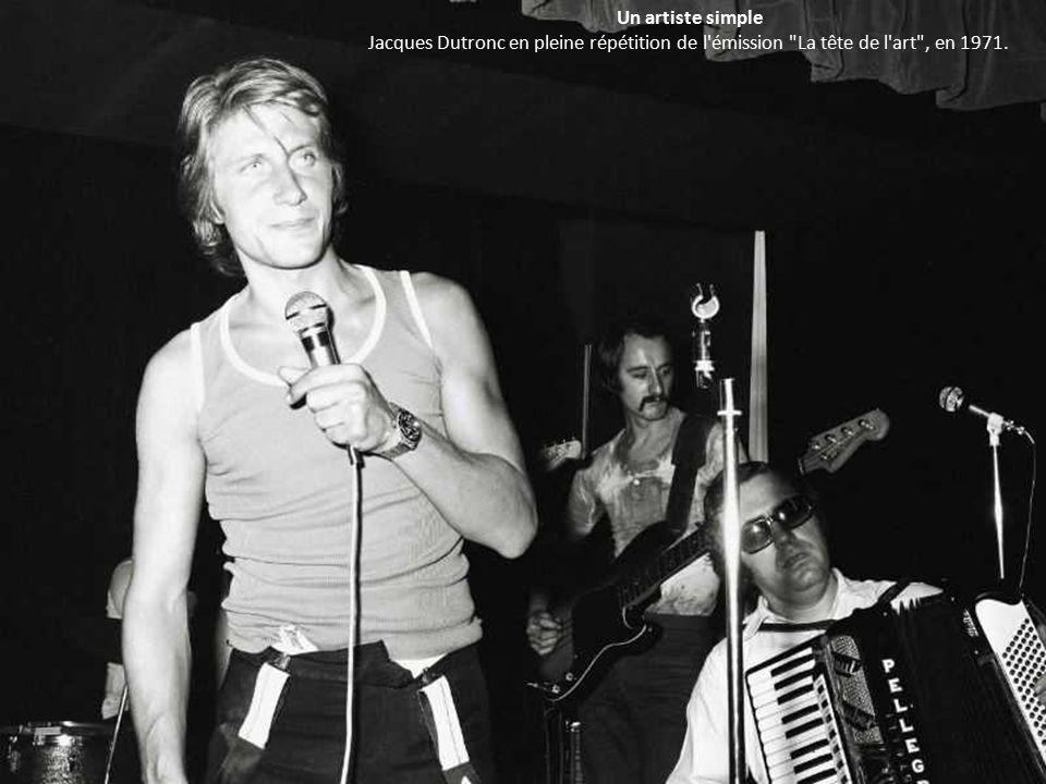 Un artiste simple Jacques Dutronc en pleine répétition de l émission La tête de l art , en 1971.